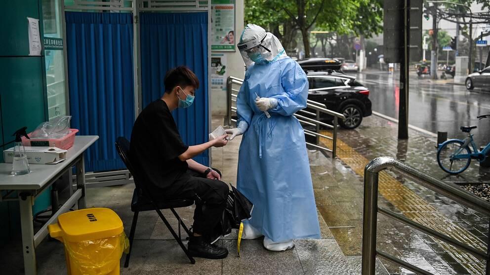En man testas för coronaviruset i Wuhan