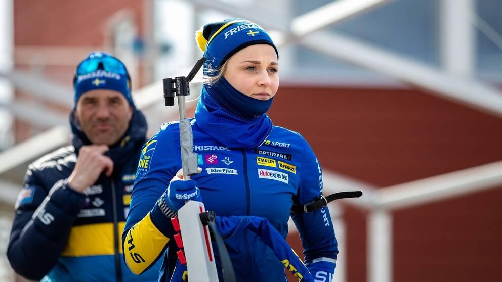Stina Nilsson med sitt gevär på Östersunds skidstadion