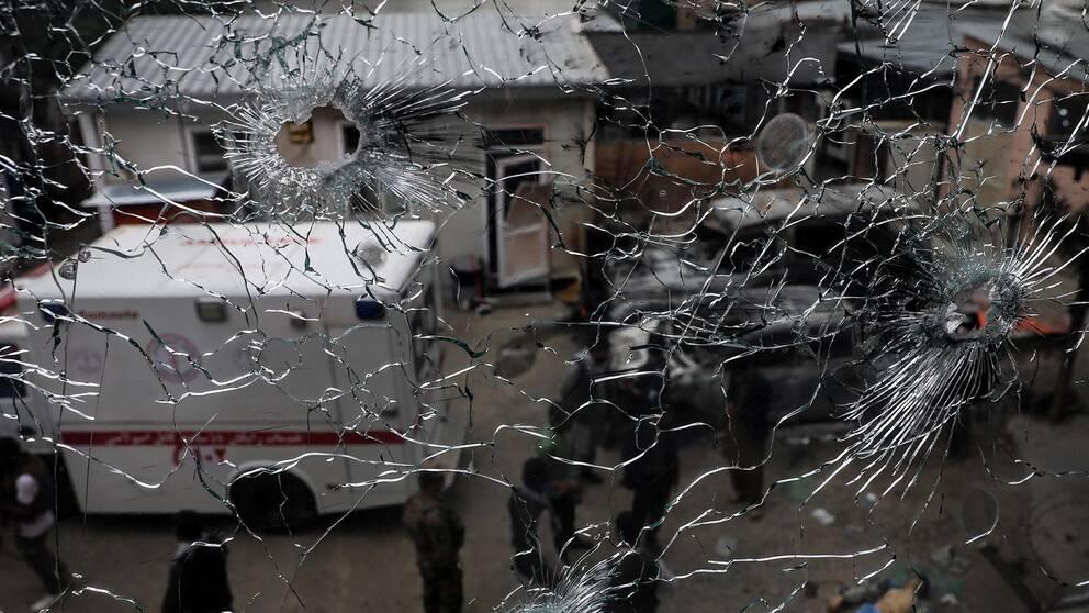 Sönderskjutna fönster på den förlossningsklinik i Kabul som attackerades av terrorister.