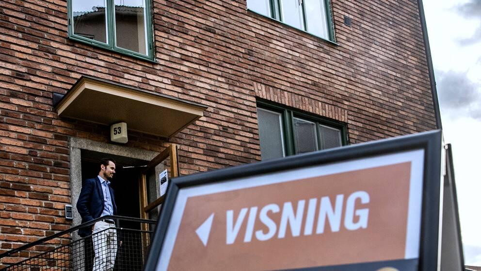 En lägenhet visas av en mäklare
