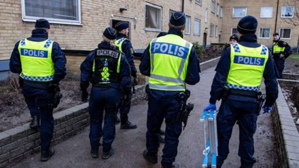 Polisen söker igenom fastigheter på Kroksbäck i Malmö som en del av Operation Rimfrost i slutet av januari i år. Bland annat letar polisen efter vapen och narkotika.