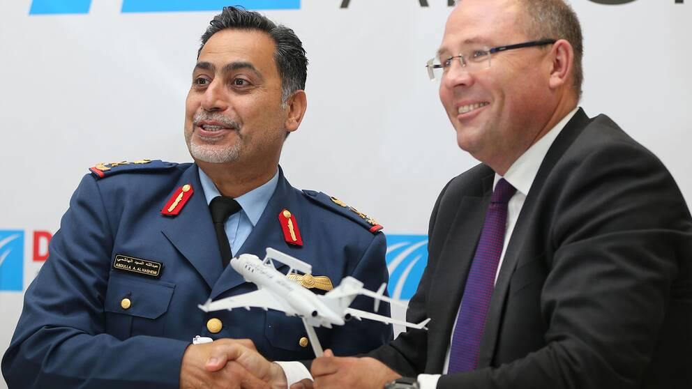 General Abdullah Al Hashimi, Förenade Arabemiraten, och Saabs dåvarande vd Håkan Buskhe efter första beställningen av övervakningsflygplanet Global Eye den 9 november 2019.