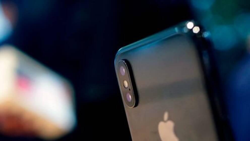 En mobiltelefon mot mörk bakgrund