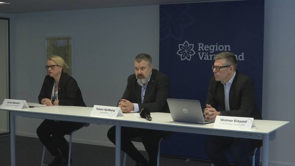 Bild från presskonferensen. Vid ett vitt bord sitter tre personer, Lena Gjevert längst till vänster, Tobias Kjellberg i mitten och Wolmer Edqvist längst till höger. Bakom borden finns det en banderoll med regionens logotyp.