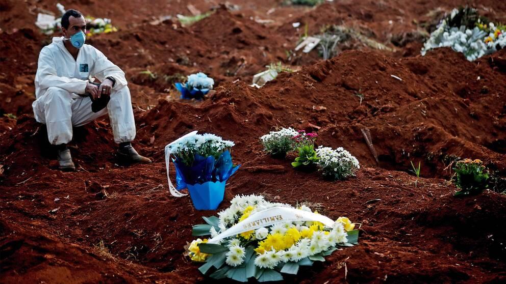 En gravgrävare på kyrkogården Vila formosa i São Paulo. På tolv timmar begravdes 62 personer.