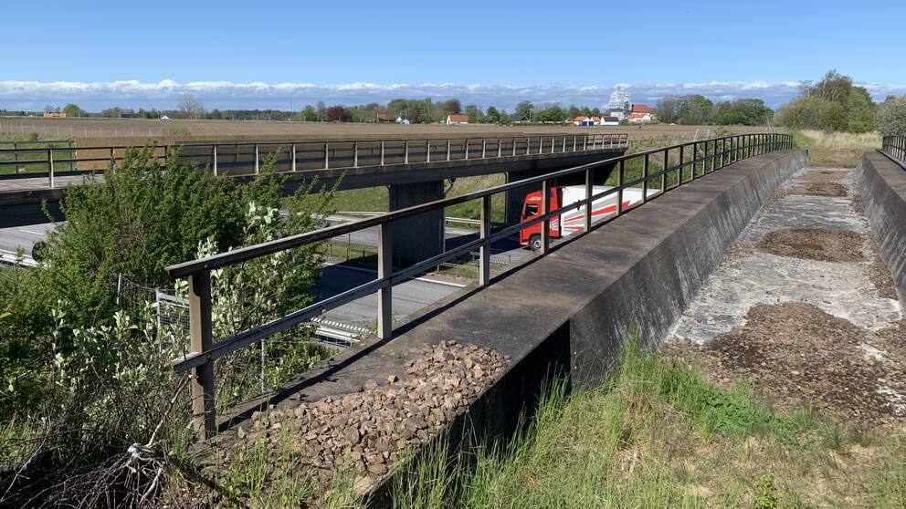 Broar över E6 i höjd med Skottorp.
