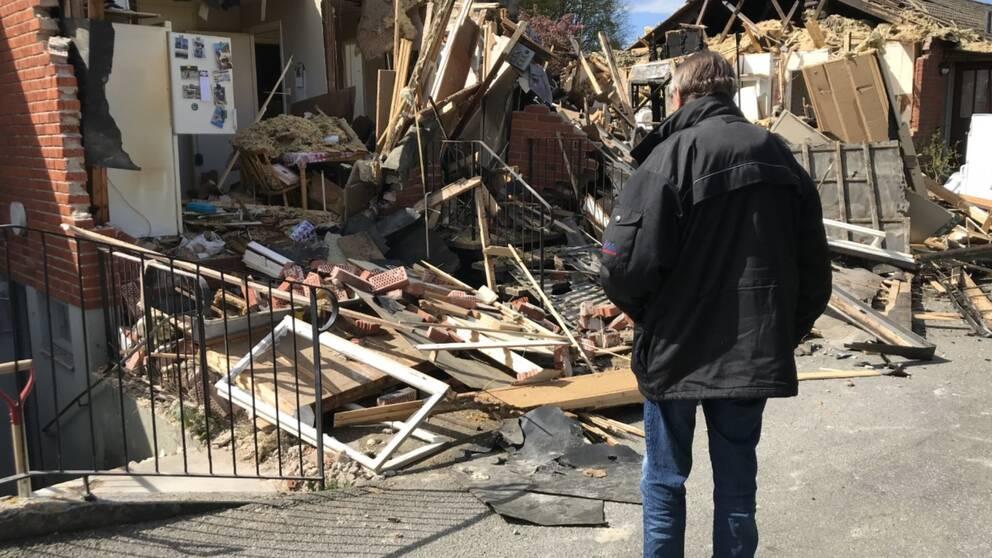Christer Svärd framför sin lägenheten som förstördes i branden i Listerby.