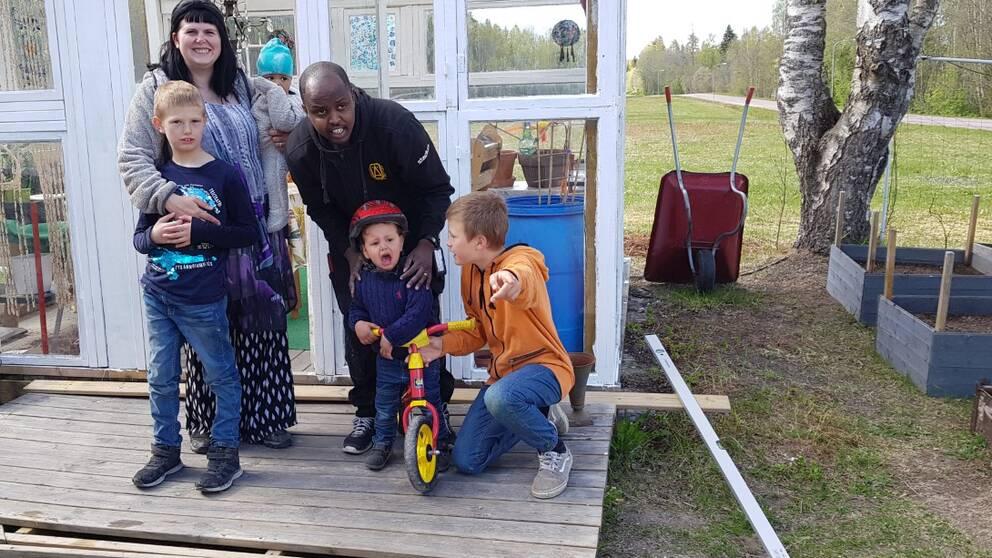 Familjen Emrebtsen-Deeq framför sitt nya växthus.