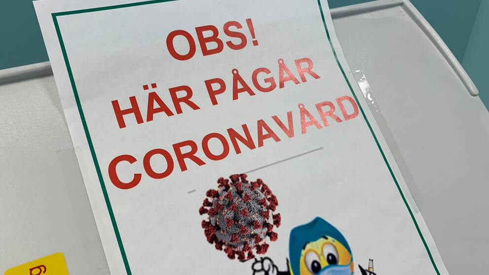 """Skylt med texten """"Obs! Här pågår coronavård"""""""