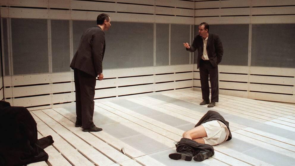 """Bild från Lars Norén pjäs """"Under"""" på Riksteatern."""