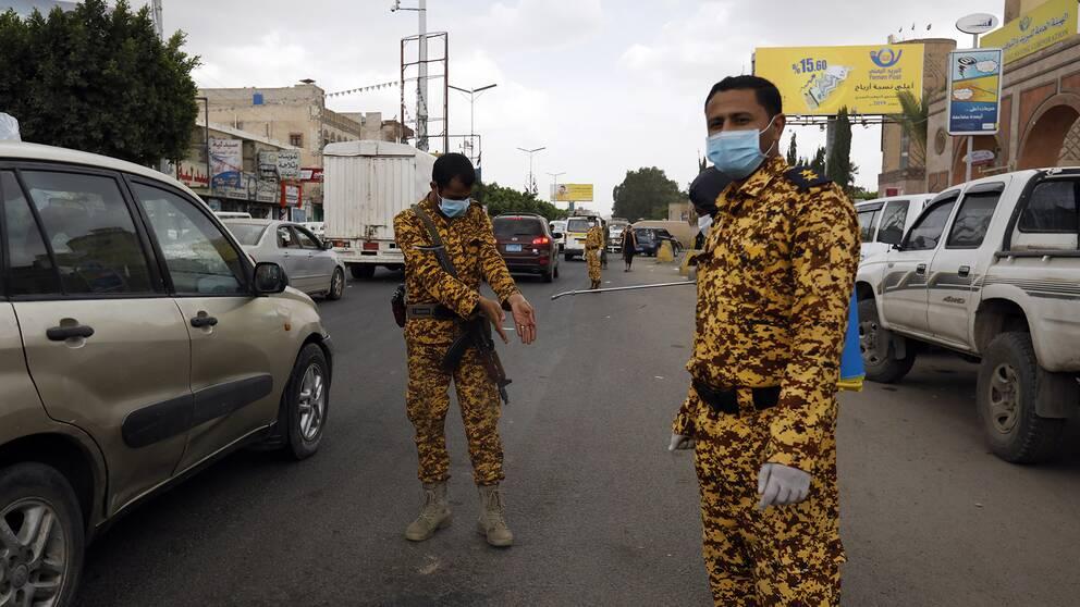 Huthirebeller i Jemen med skyddsmask.