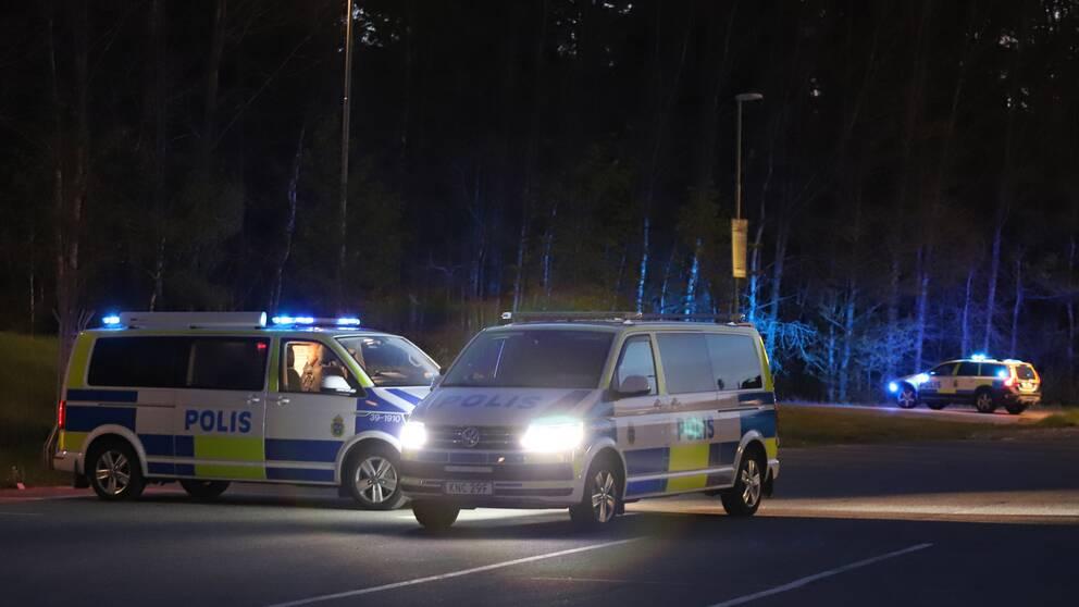 Polisen på plats vid bilfirman i Haninge efter explosionen under natten mot lördagen.