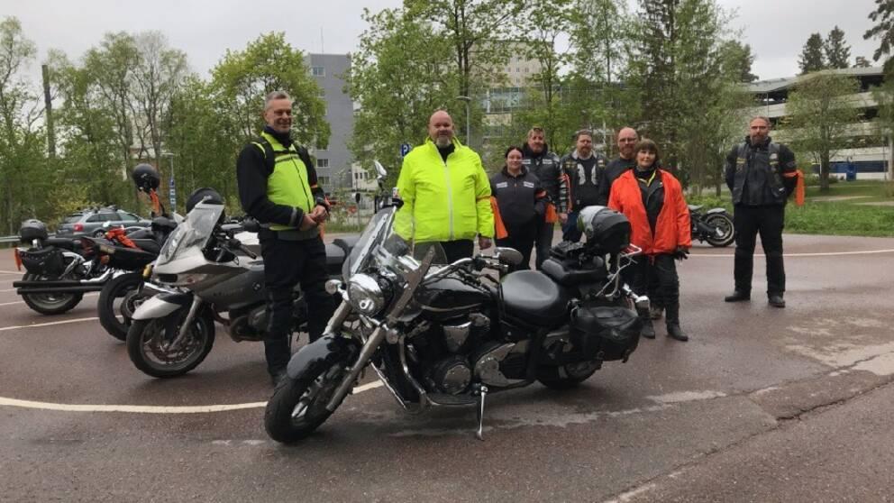 Motorcyklister i Falun som manifesterade mot kvinnovåld genom en kortege.