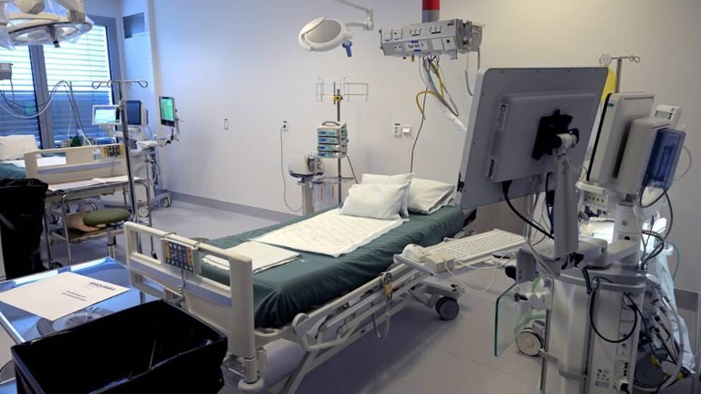 Forskaren Björn Jonson håller på att utveckla en ny typ av respirator, som är tänkt för patienter med covid-19. Arkivbild från sjukhus.