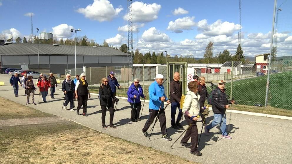 Pensionärer promenerar