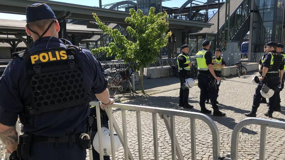 Polisen vid Lunds central i samband med nazisträttegång