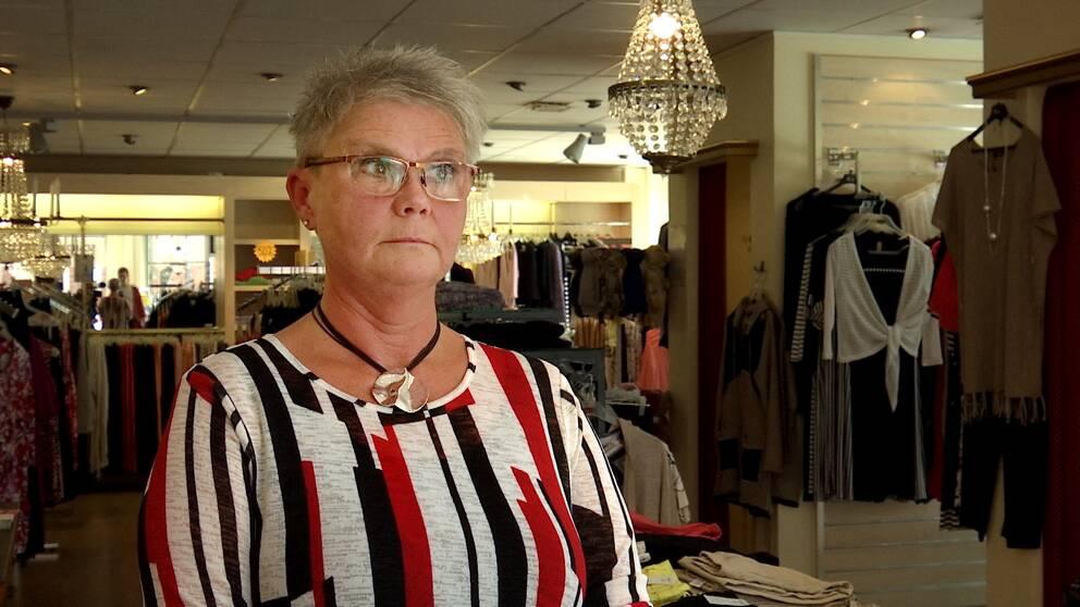 Kvinna i klädbutik.