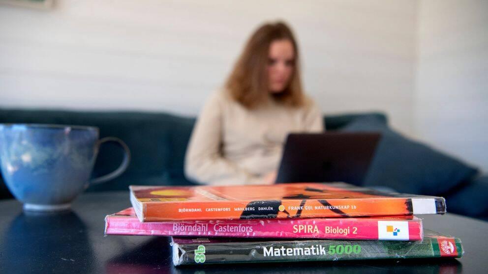 FHM lyfter sin rekommendation om distansundervisning. Det innebär att eleverna kan återvända till undervisning på plats i gymnasium och på högre utbildningar till hösten. Arkivbild på elev och skolböcker.