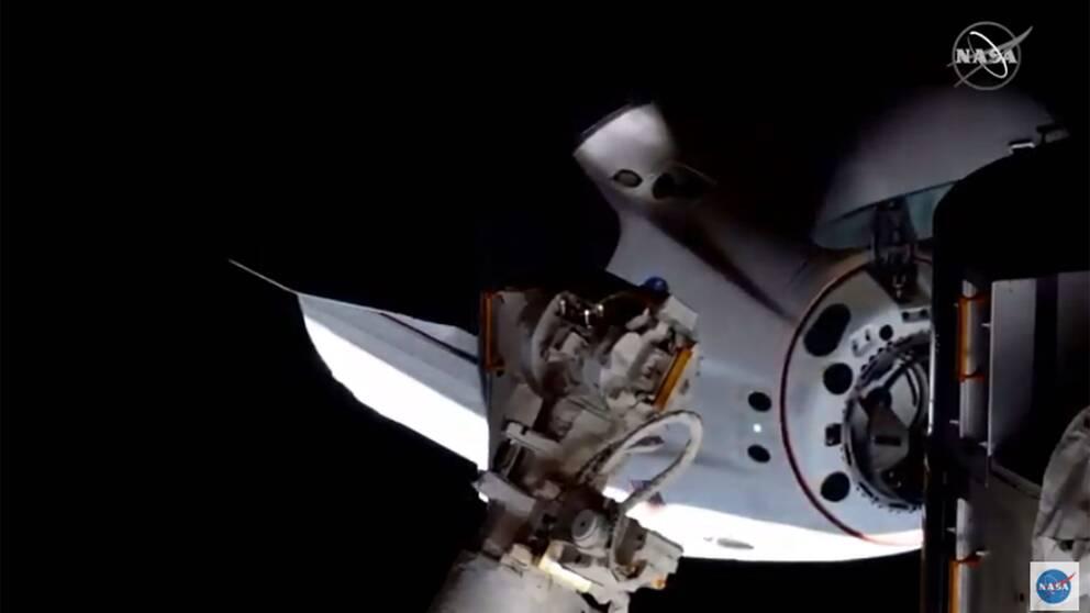 Här dockar Space X-kapseln Crew Dragon med rymdstationen ISS.