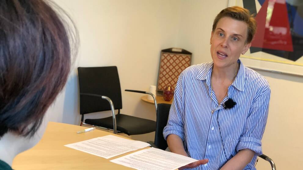 Till höger i bild syns chefen för Hallands sjukhus, Carolina Samuelsson. Till vänster skymtar SVT:s reporter, man ser bara bakhuvudet.