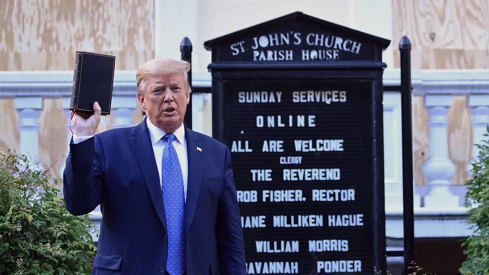 Efter presskonferensen gick Donald Trump till fots från Vita Huset till en kyrka i närheten som brandskadades under protesterna natten innan. Där höll han upp en bibel framför fotograferna.