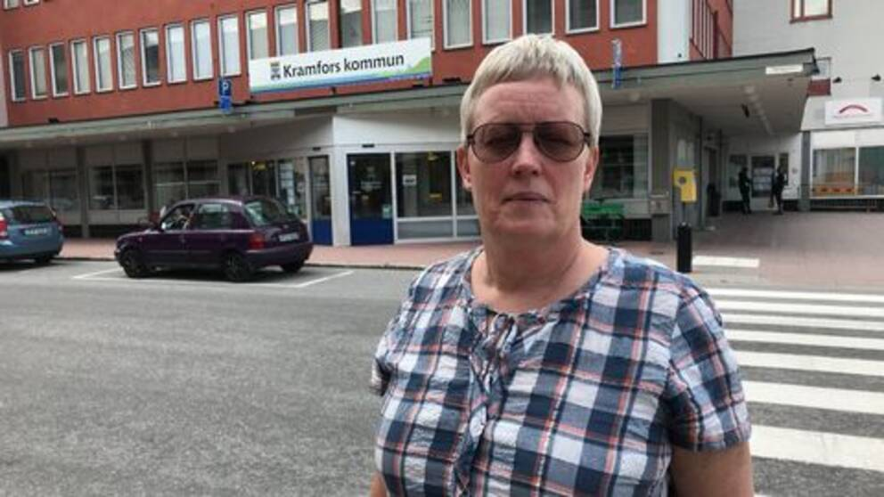 medelålders kvinna fotad vid gatan utanför kommunkontoret Kramfors