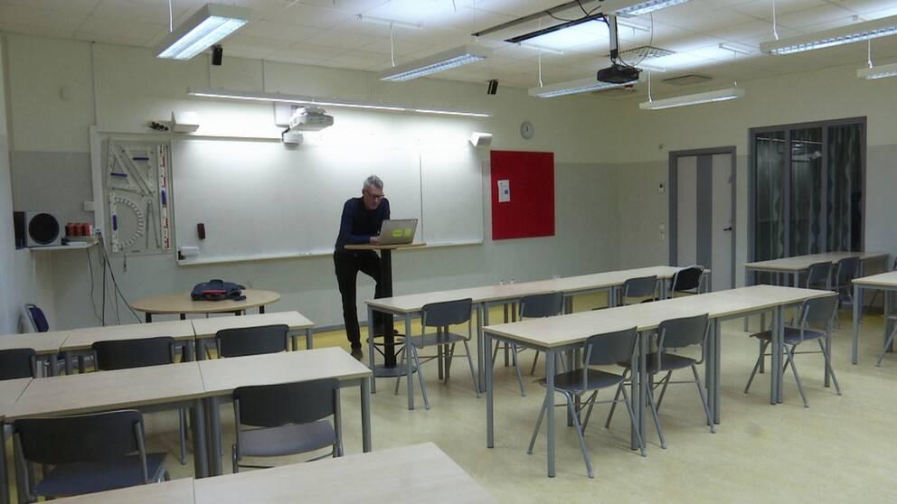 Lärare i ett tomt klassrum. Distansundervisning.