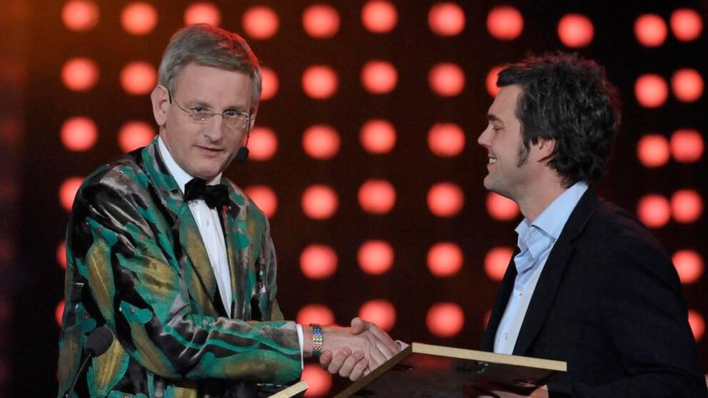 Carl Bildt delar ut en Grammis i omtalad kavaj
