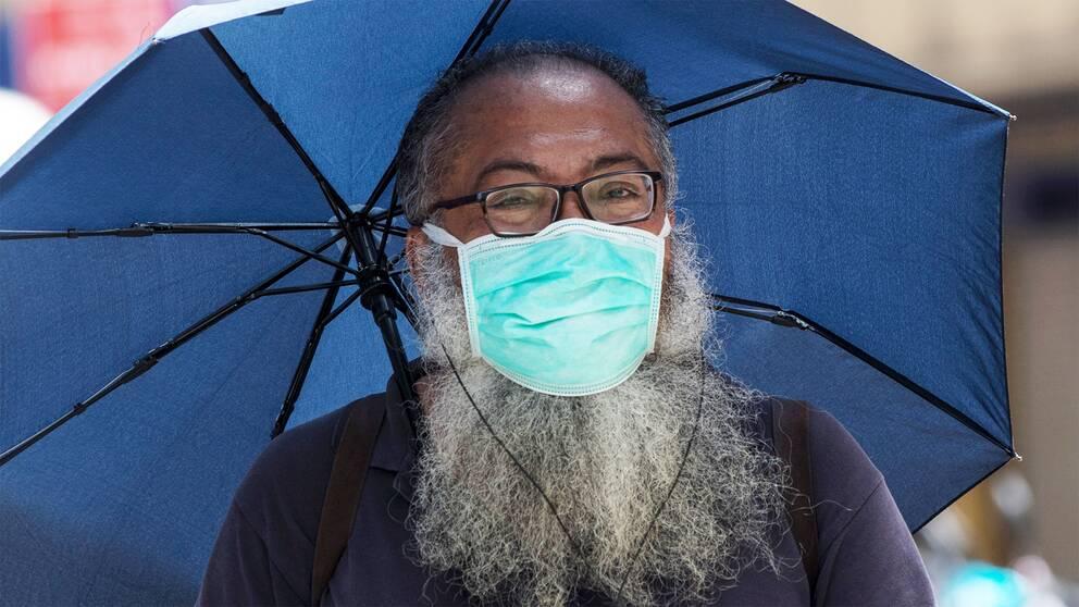 WHO har uppdaterat sina riktlinjer för munskydd. Bilden visar en man i Malaysia som bär munskydd.