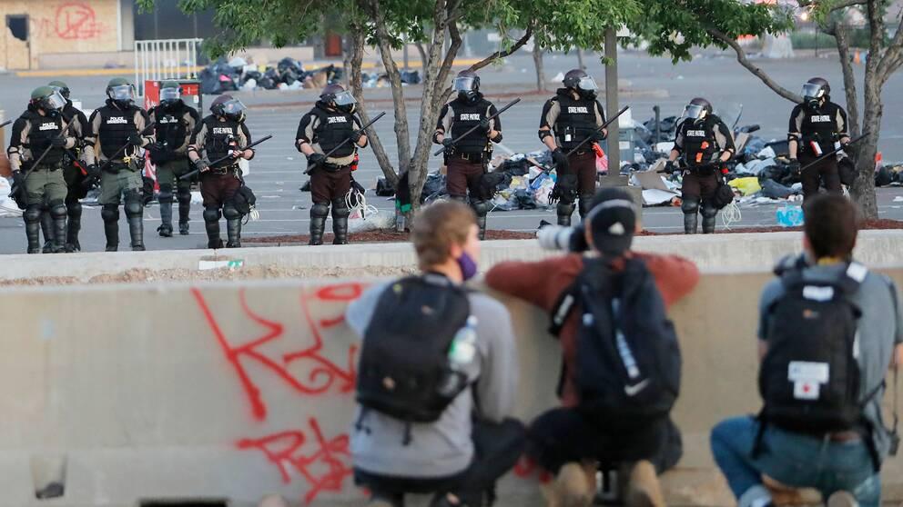 Arkivbild. Fotografer och polis i Minneapolis den 31 maj 2020 under demonstationer på grund av afroamerikanen George Floyds död efter polisingripande knappt en vecka tidigare.
