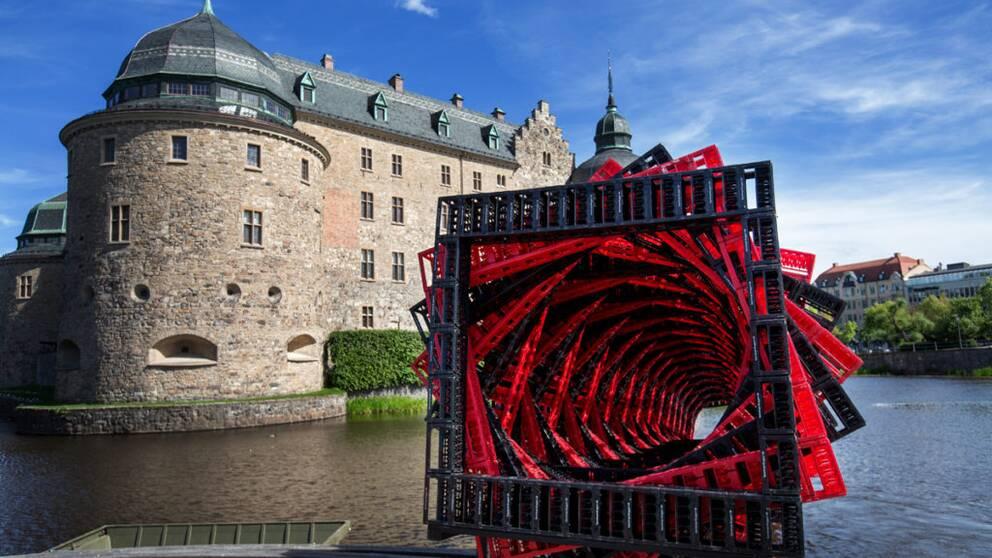 En stor legoliknande spiral i plast framför Örebro slott
