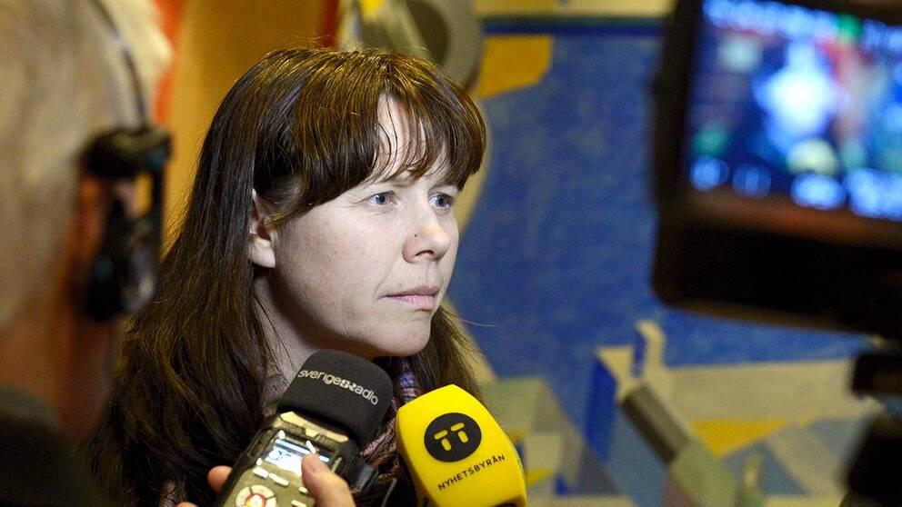 Klimat- och miljöminister Åsa Romson intervjuas av journalister på väg till EU-nämdens sammanträde i Riksdagen.