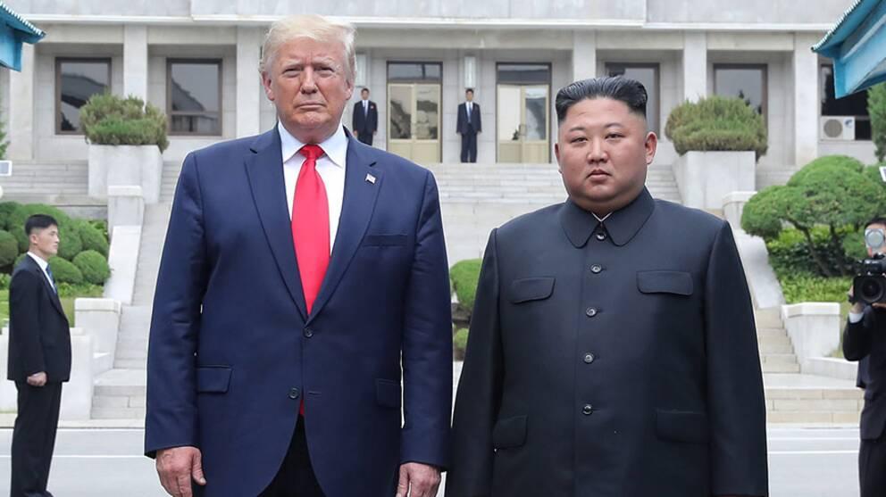 USA:s president Donald Trump och Nordkoreas ledare Kim Jong Un när de möttes vid stilleståndslinjen mellan Nord- och Sydkorea den 30 juni 2019.