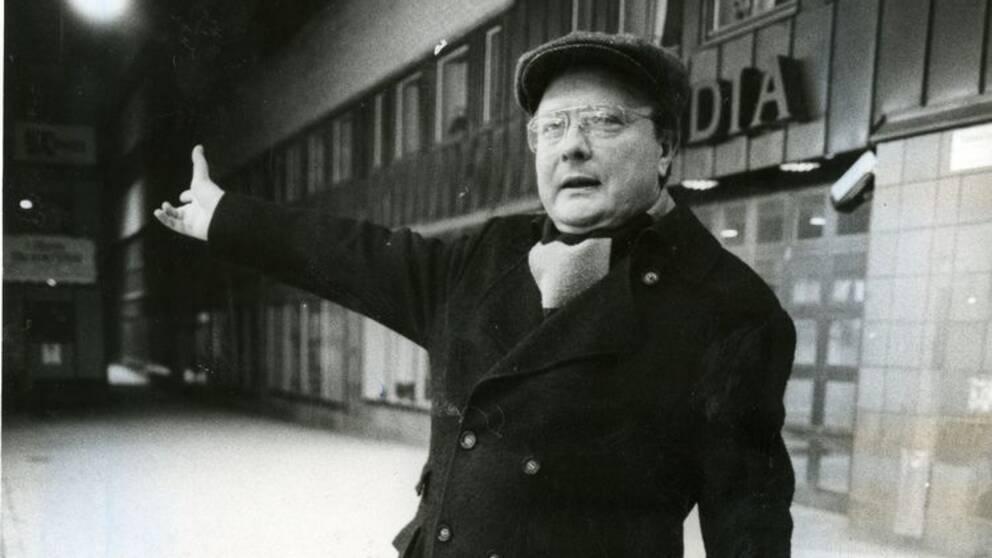 Skandiamannen Stig Engström i keps och med handledsväska