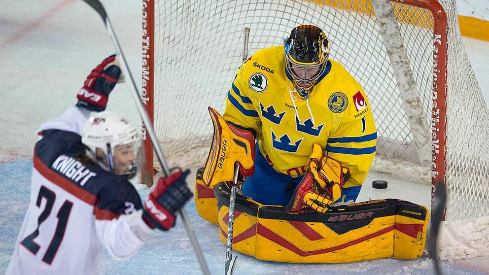 Sverige jagar medalj på hemmais i påsk. Här tvingas Sara Grahn släppa in ett mål i en match i en fyrnationsturnering i USA ifjol. USA:s Hilary Knight (t.v.)