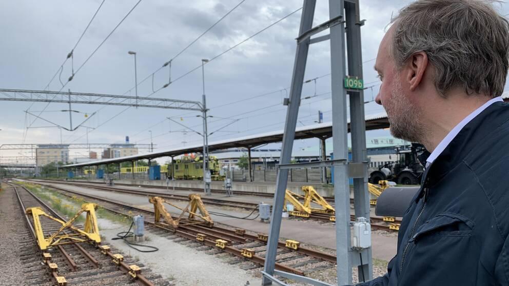 Torgny Johansson står vid platsen där den nya perrongen ska byggas.