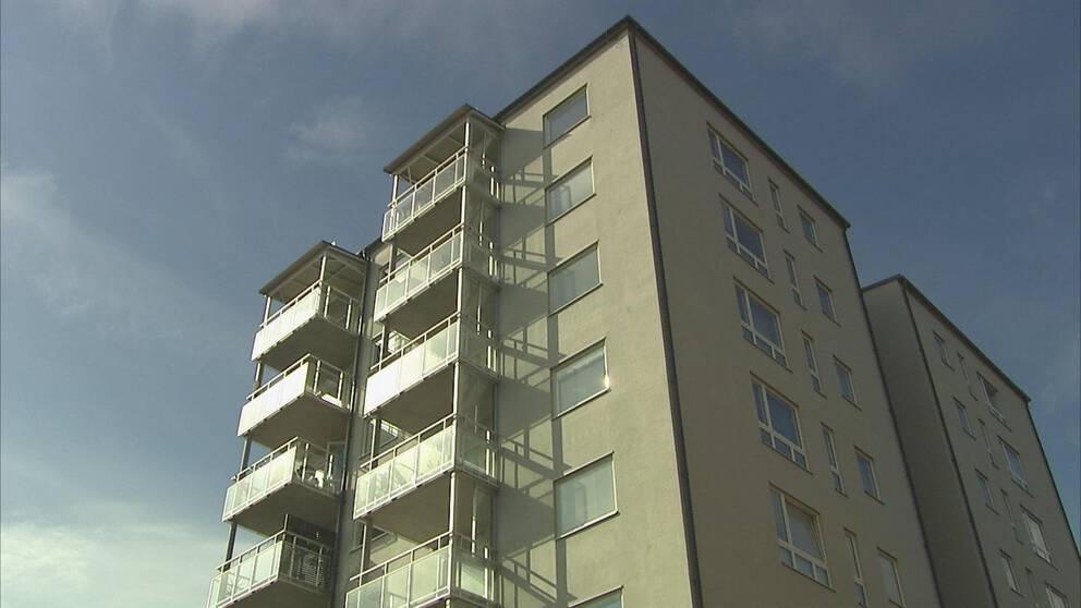 Ett höghus med lägenheter.