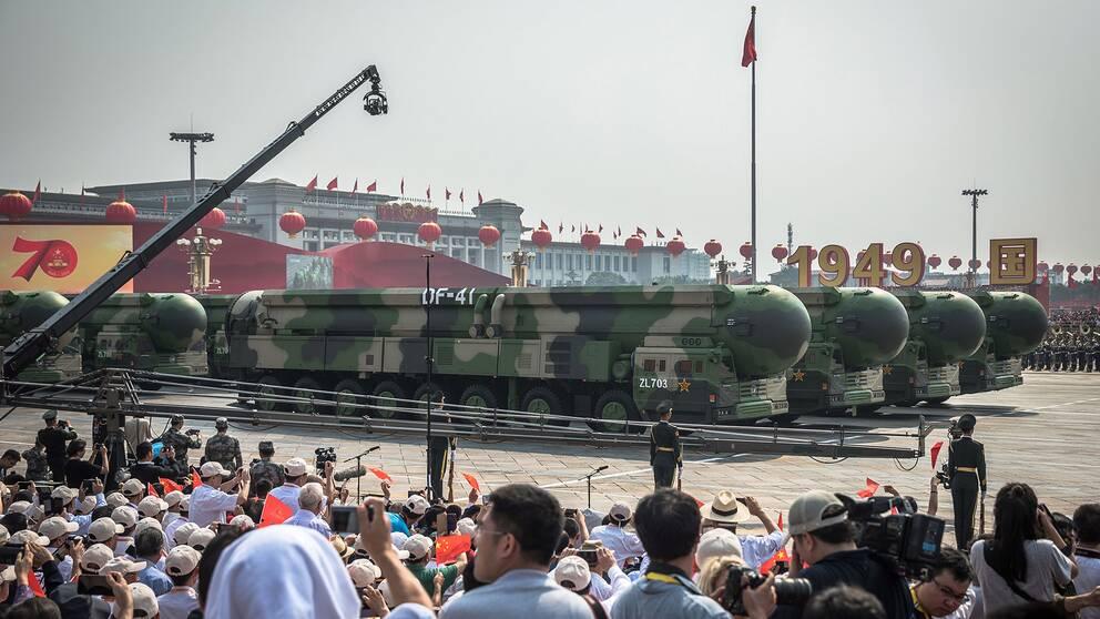 Nya interkontinental ballistiska kärnvapenrobotar (DF-41) på Himmelska fridens torg i Peking när Kina firar 70 år efter kommunisternas maktövertagande.