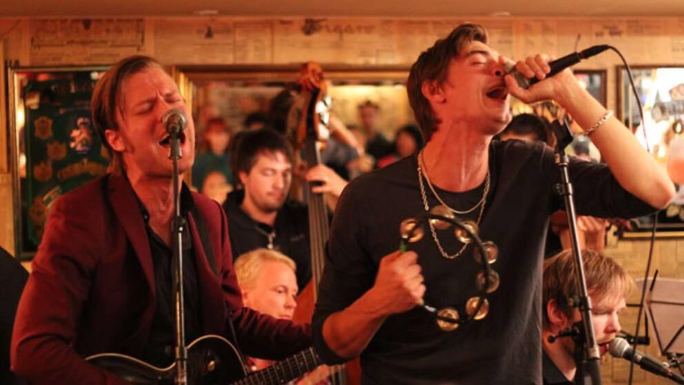 Mando Diao, här Björn Dixgård och Gustaf Norén, uppträder på svenska.
