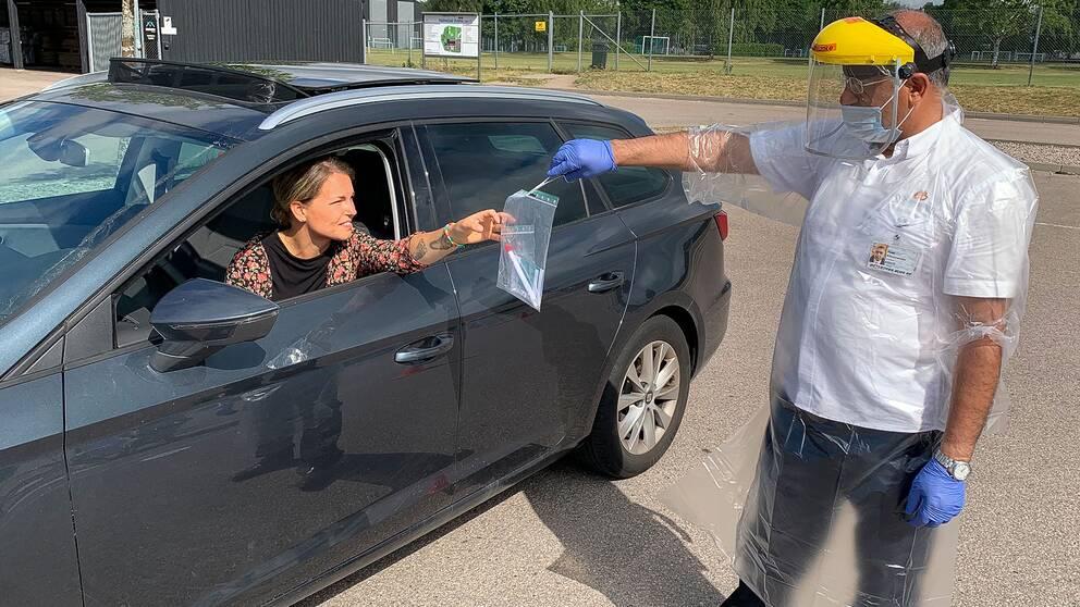 Den som kommer till självprovtagningen med bil kan och till och med utföra testet i sitt fordon.