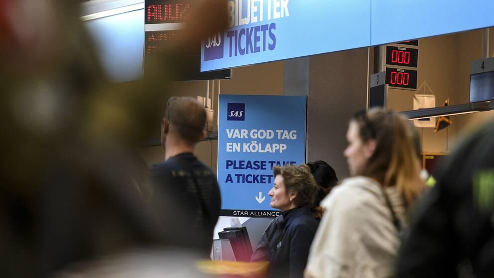 Kö vid SAS biljettkontor på Arlanda. Arkivbild.