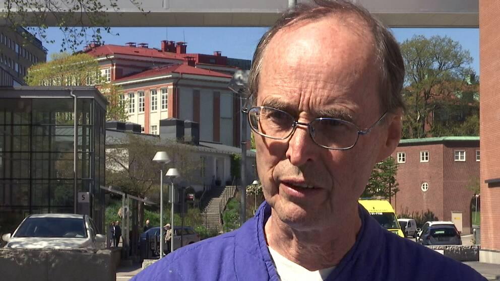 Kai Knudsen, docent och IVA-överläkare på Sahlgrenska sjukhuset, blir intervjuad av SVT Nyheter.