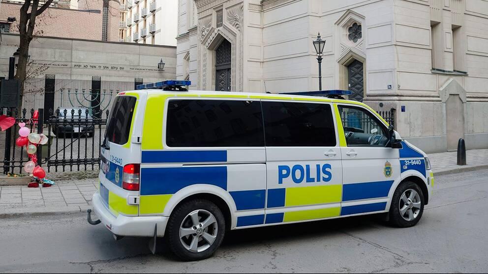 Polisbil utanför synagoga