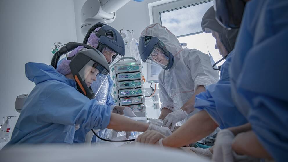 Covidpatient vårdas på sjukhus. Arkivbild.