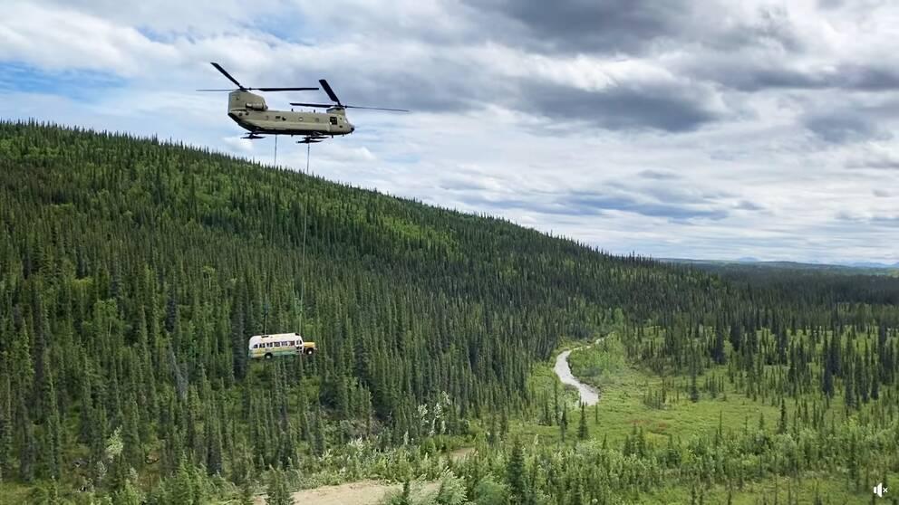 """En militärhelikopter transporterar bort bussen känd från boken """"In i vildmarken"""""""