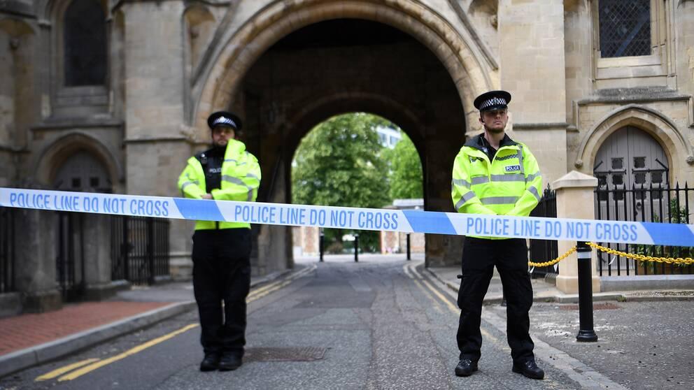 Polisen vid avspärrningarna utanför Forbury Garden där mannen gick till attack.