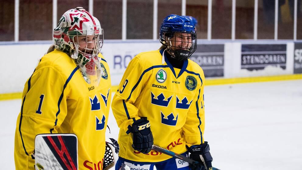 Sveriges målvakt Ida Boman och Klara Kenttälä under uppvärmningen inför ishockeymatchen mellan Sverige U18 och Finland U18 den 7 november i Enköping i november 2019.