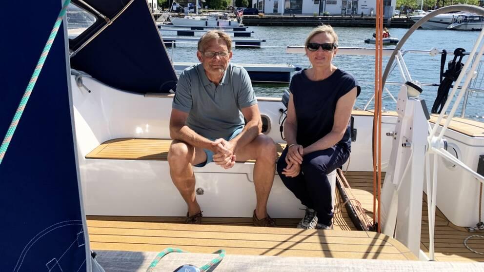 man och kvinna sitter ombord på segelbåt
