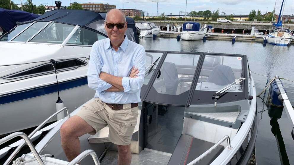 man med solglasögon ombord på motorbåt