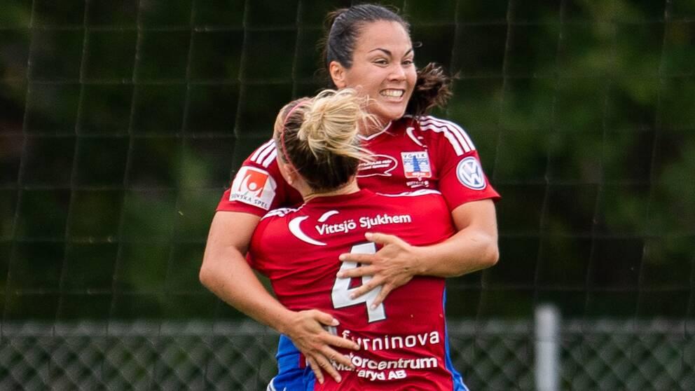 Vittsjös Michelle De Jongh joch Catherine Joan Bott jublar medan Piteås Cecilia Edlund deppar under fotbollsmatchen i Damallsvenskan mellan Vittsjö och Piteå den 19 augusti 2018 i Vittsjö.